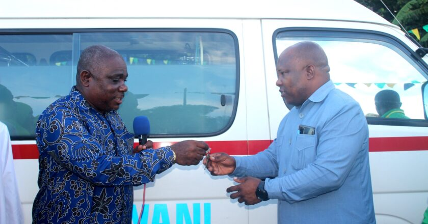 Mbunge wa  Kiwani  Rashid Abdalla Rashid, amekabidhi gari la kubebea wagonjwa (AMBULANCE).