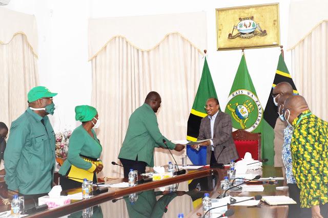 Rais wa Zanzibar na Mwenyekiti wa Baraza la Mapinduzi Mhe.Dk.Hussein Ali Mwinyi Azungumza na Katibu Mkuu wa CCM Taifa Ikulu Zanzibar.
